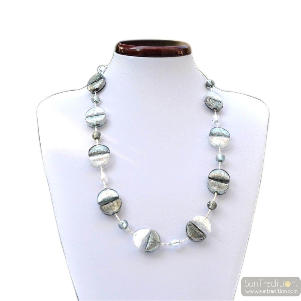 Große Auswahl an Halsketten in Echtgold oder Silber in verschiedenen Abmessungen und unterschiedlichen Arten.